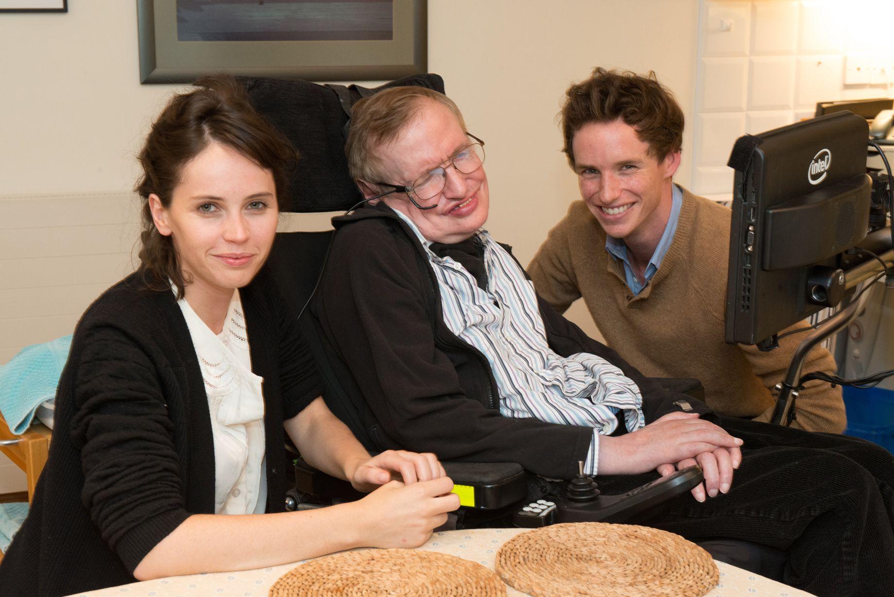 Eddie Redmayne e Felicity Jones in compagnia di Stephen Hawking durante le riprese di Theory of Everything