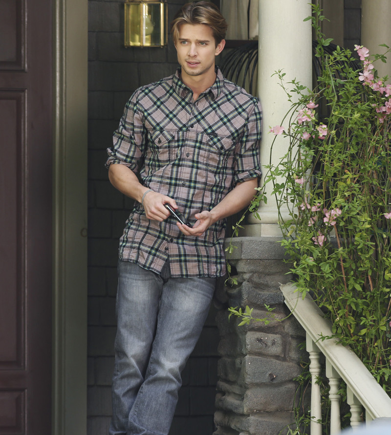 Pretty Little Liars: Drew Van Acker in Whirly Girlie