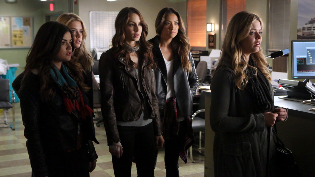 Pretty Little Liars: Lucy Hale, Ashley Benson, Troian Bellisario e Sash Pieterse nell'episodio Whirly Girl
