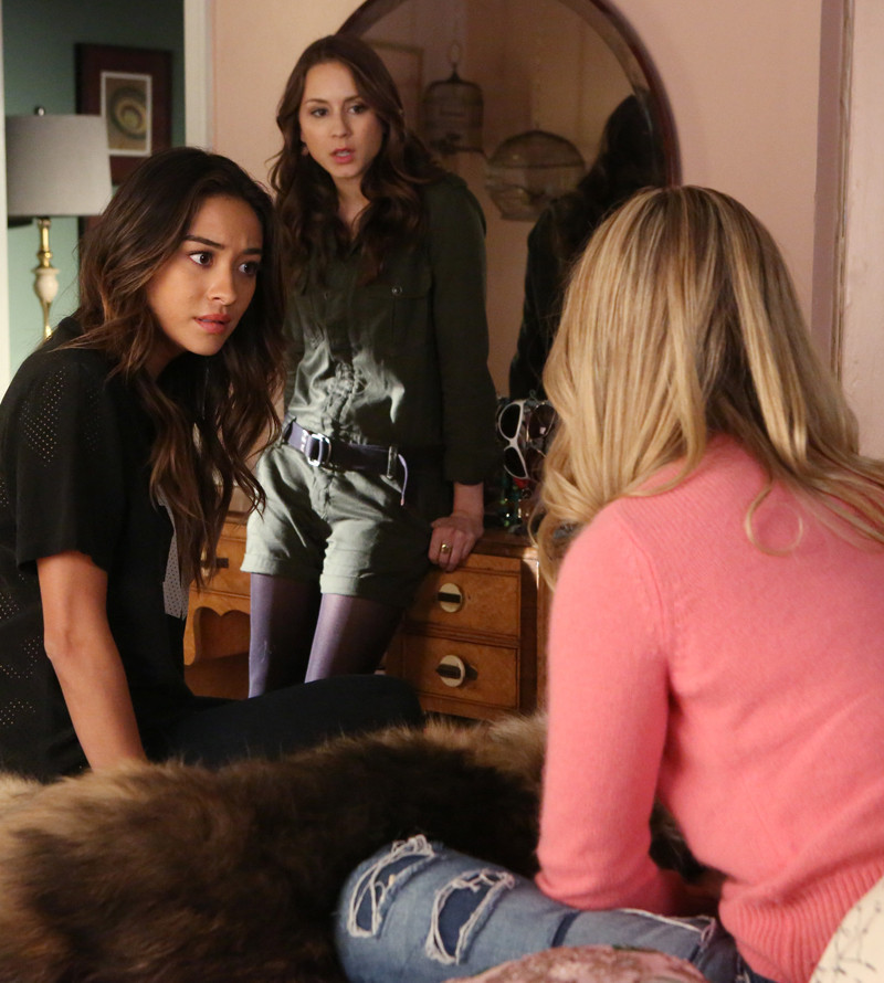 Pretty Little Liars: Shay Mitchell e Troian Bellisario in Whirly Girlie