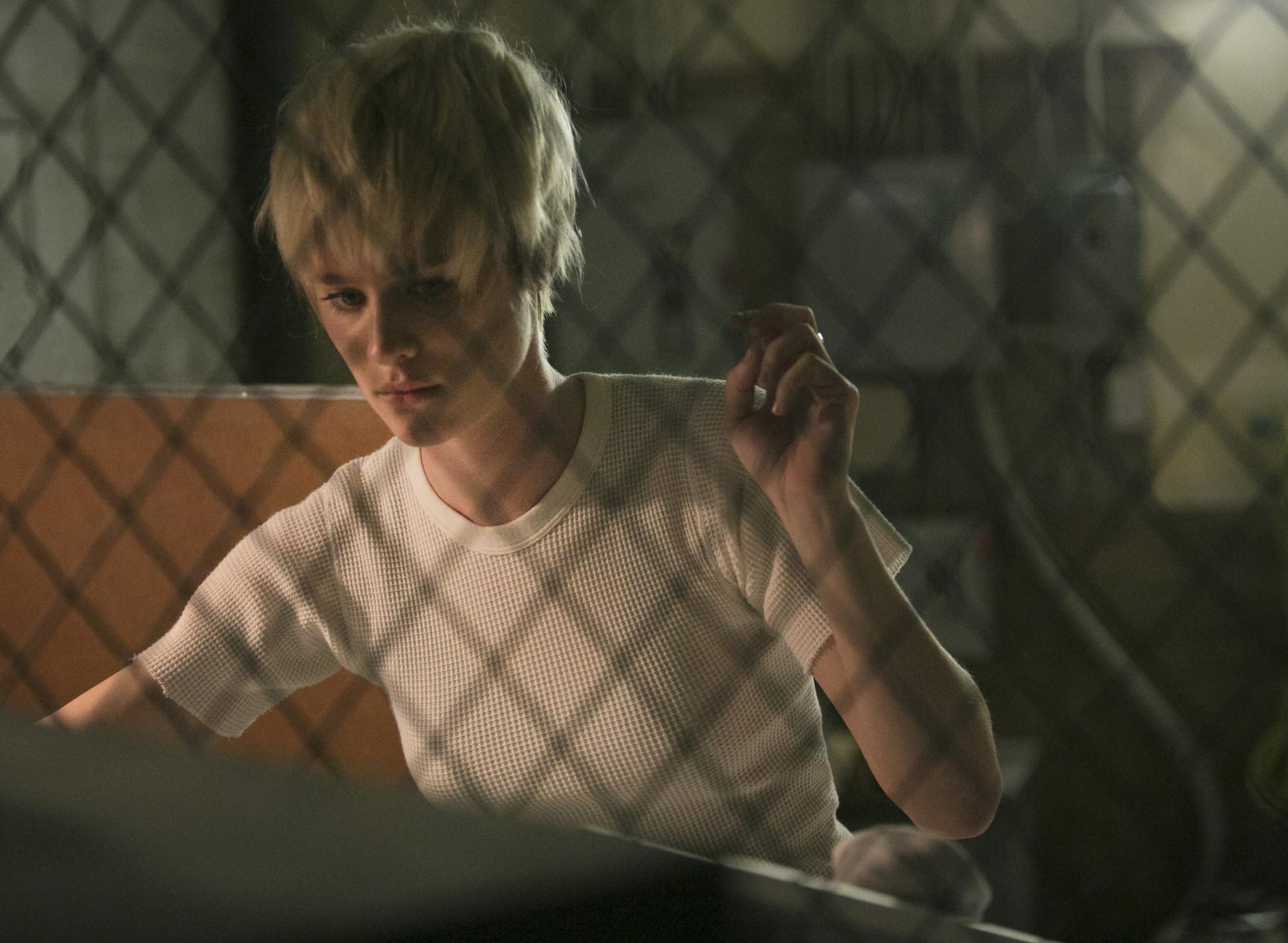 Halt and Catch Fire: Mackenzie Davis in una scena dell'episodio FUD