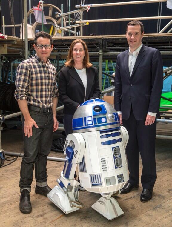 Star Wars: Episode VII - J.J. Abrams e Kathleen Kennedy sul set insieme al membro del Parlamento inglese George Osbourne e a R2-D2
