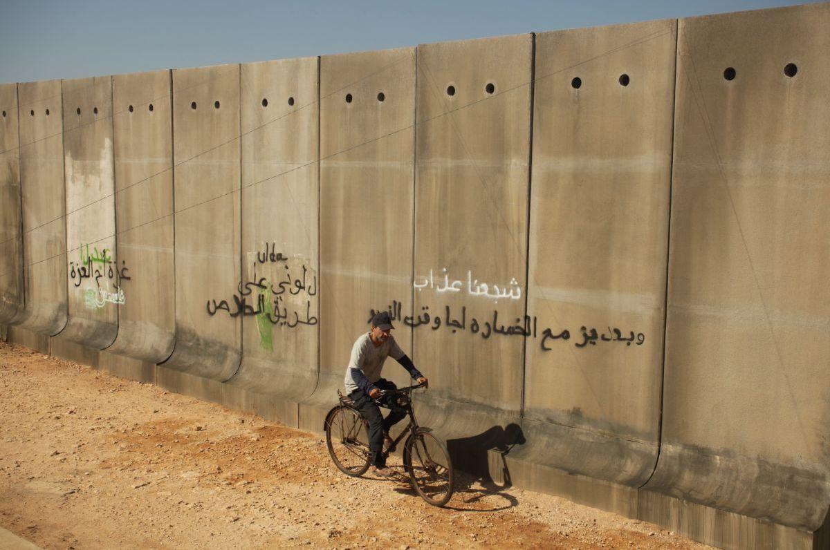 Un insolito naufrago nell'inquieto mare d'Oriente: Sasson Gabai in una scena costeggia il muro di Gaza