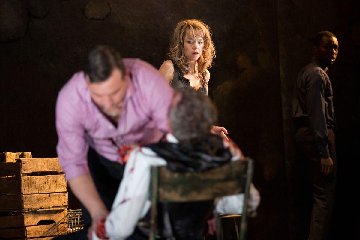 King Lear: Anna Maxwell Martin con Simon Manyonda in una scena