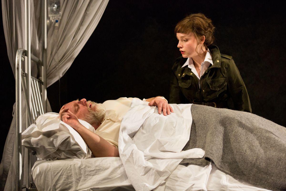 King Lear: Simon Russell Beale con Olivia Vinall in una scena dello spettacolo teatrale
