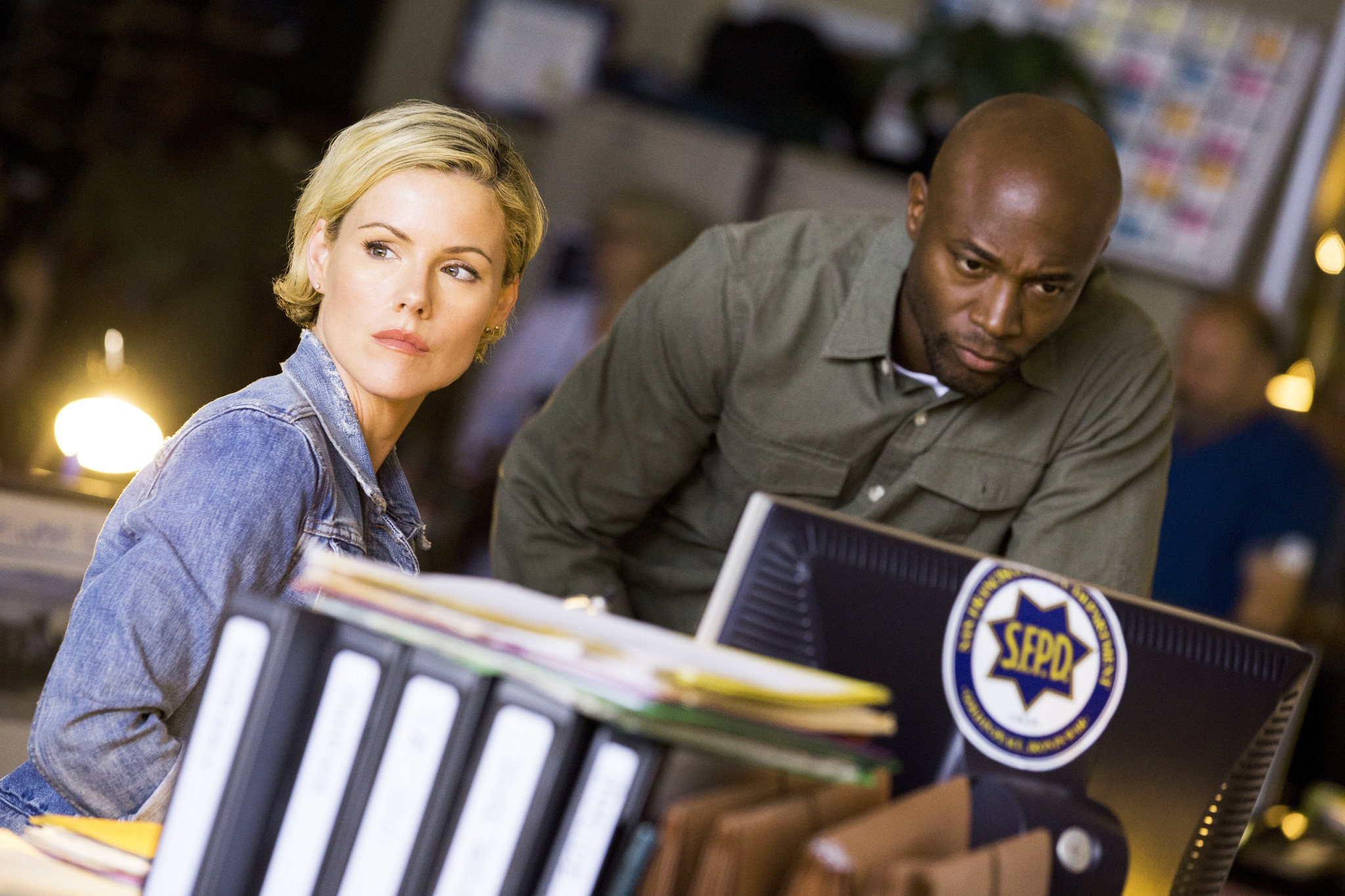 Murder in the First: Kathleen Robertson e Taye Diggs in una scena del pilot