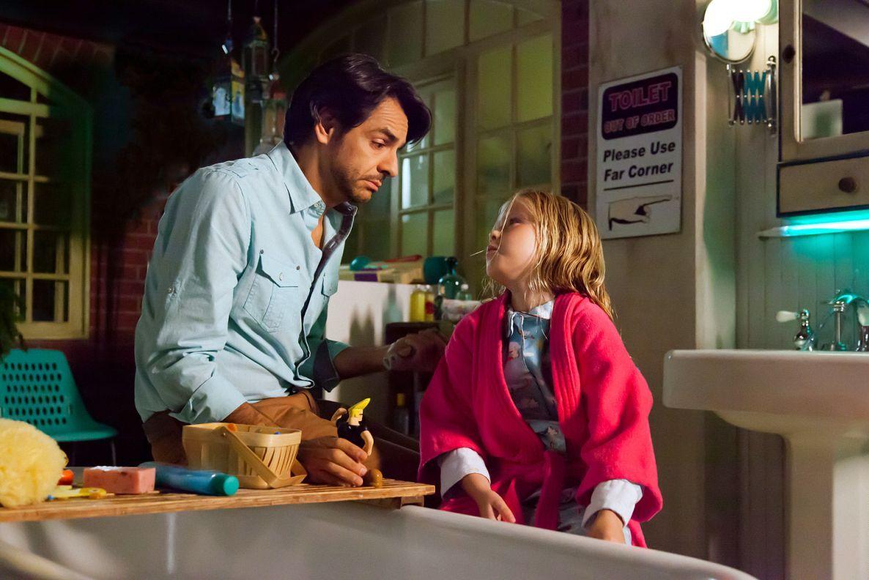 Instructions Not Included: il regista e protagonista Eugenio Derbez con Loreto Peralta in una scena