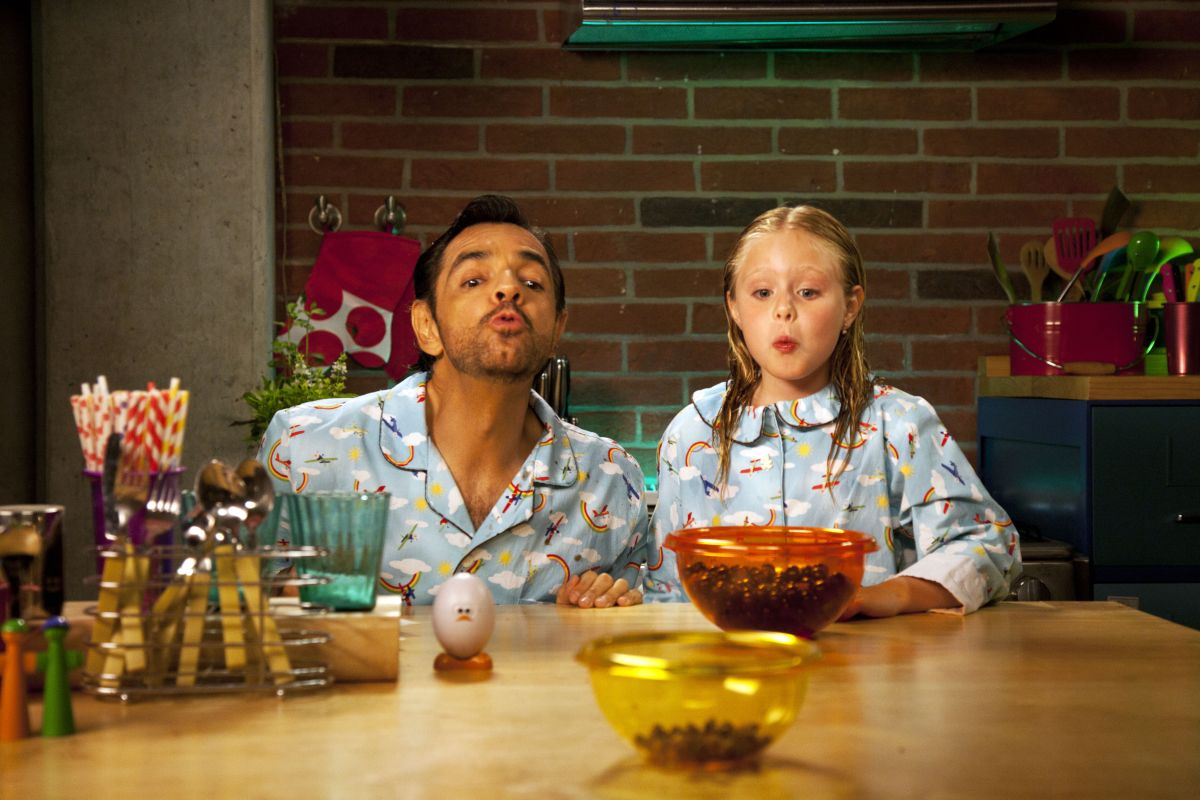 Instructions Not Included: padre e figlia fanno il tiro a segno con i noccioli di ciliegia in una scena del film