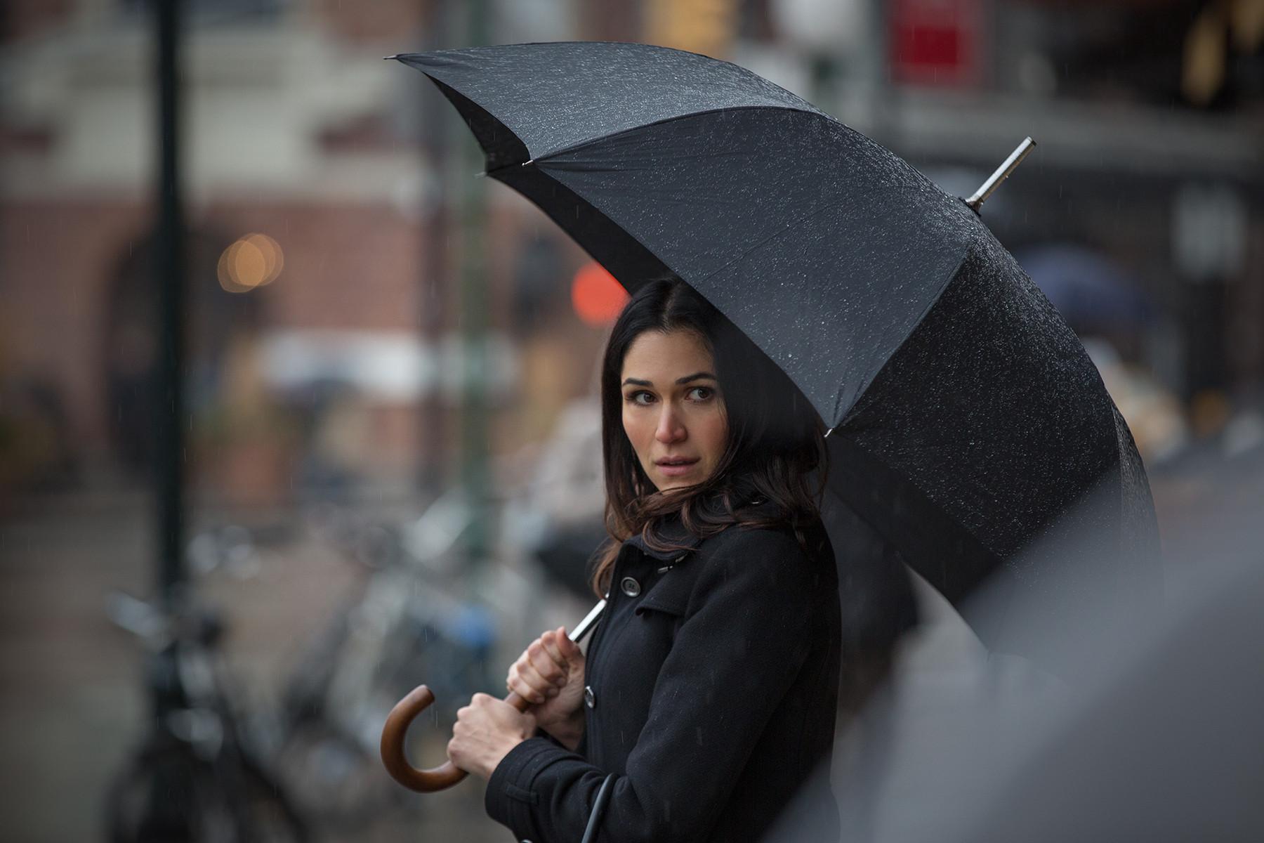 Power: Lela Loren nel ruolo di Angela Valdes