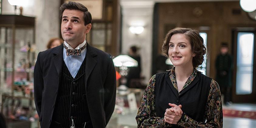 Mr. Selfridge: Grégory Fitoussi in una scena della prima stagione