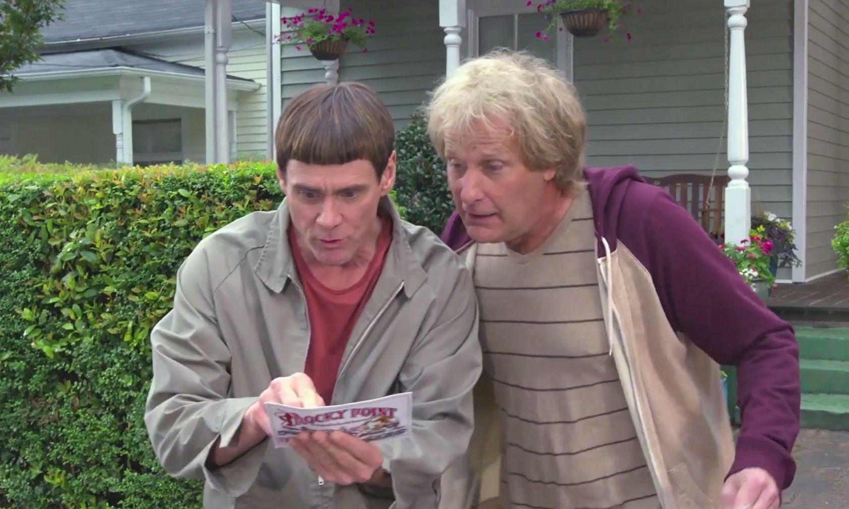 Scemo & + scemo 2: Harry e Lloyd, interpretati da Jeff Daniels e Jim Carrey, in una scena