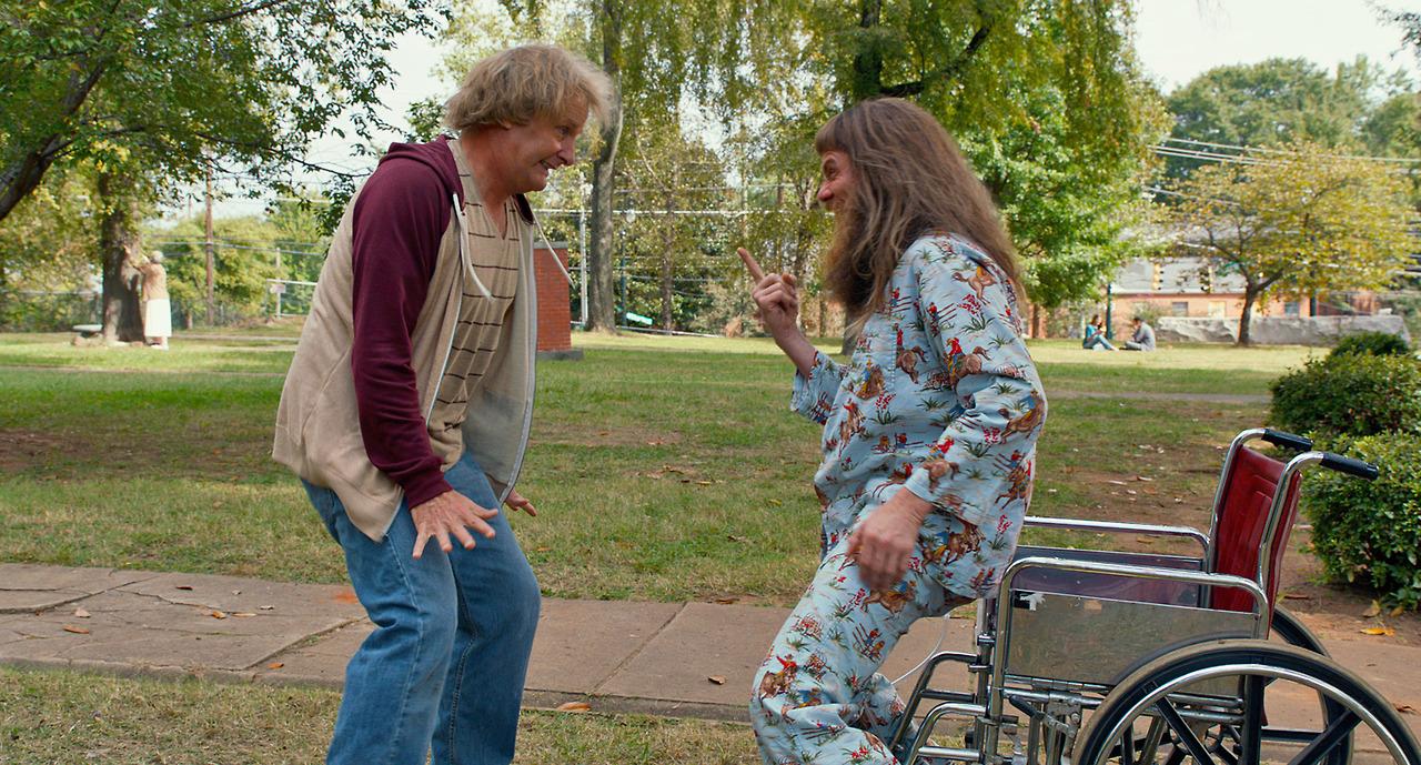 Scemo & + scemo 2: Jeff Daniels con Jim Carrey in una scena del film