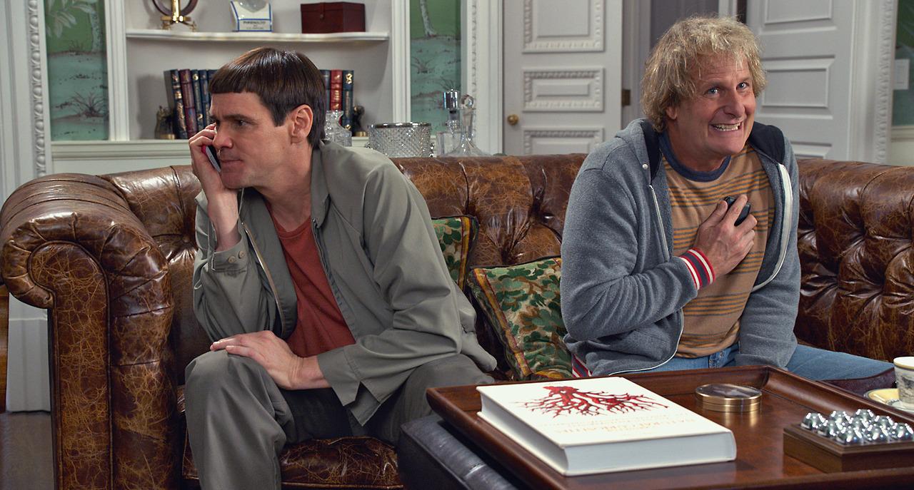 Scemo & + scemo 2: Jim Carrey con Jeff Daniels in una scena della commedia