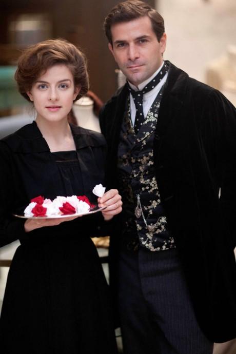 Mr. Selfridge: Grégory Fitoussi e Aisling Loftus in una scena della prima stagione