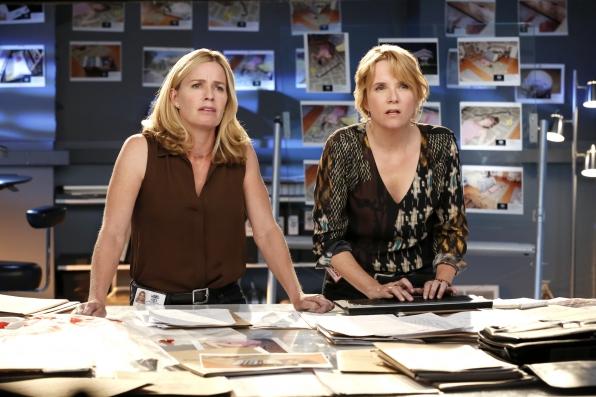 CSI: Elisabeth Shue e Lea Thompson nell'episodio Under a Cloud