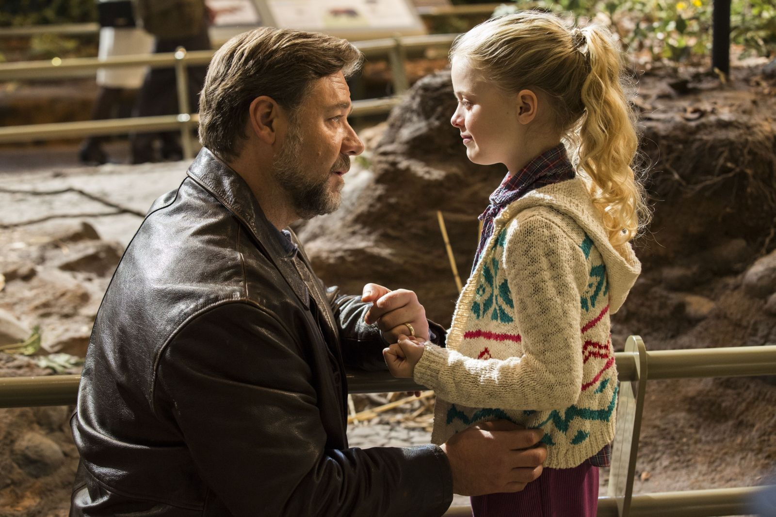 Fathers and Daughters: Russell Crowe con Kylie Rogers in un tenero momento del film