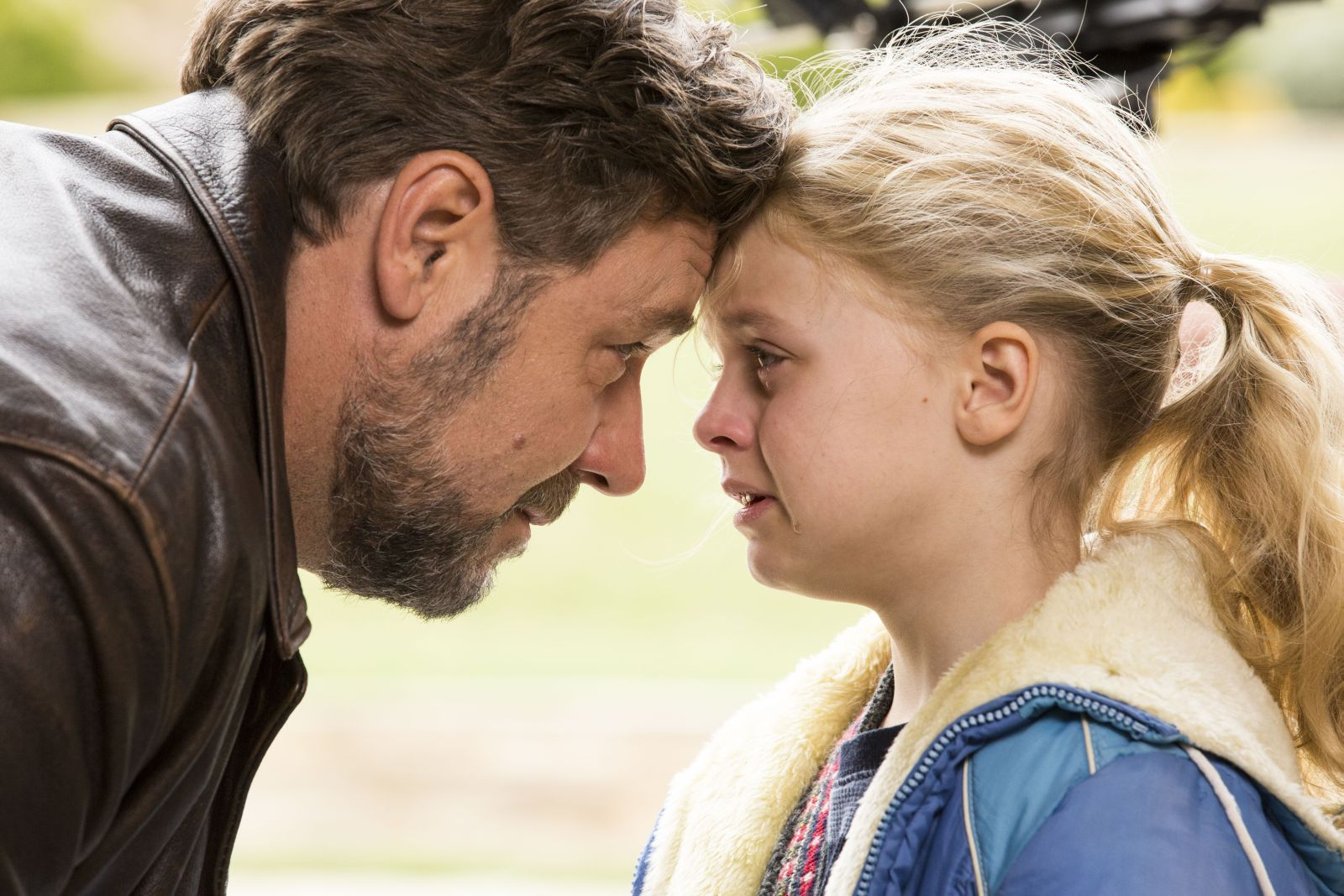 Russell Crowe con Kylie Rogers in una scena di Fathers and Daughters