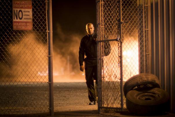 The Equalizer - Il vendicatore: Denzel Washington si avvicina a un cancello