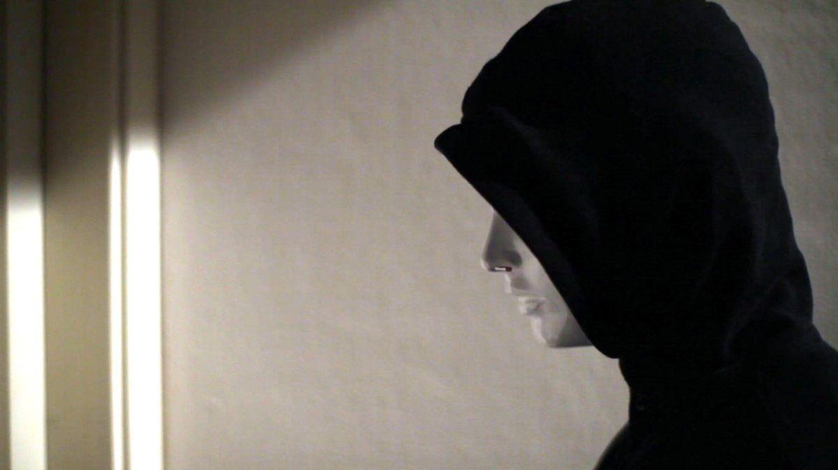 Surrounded: l'aggressore mascherato in una scena dell'horror