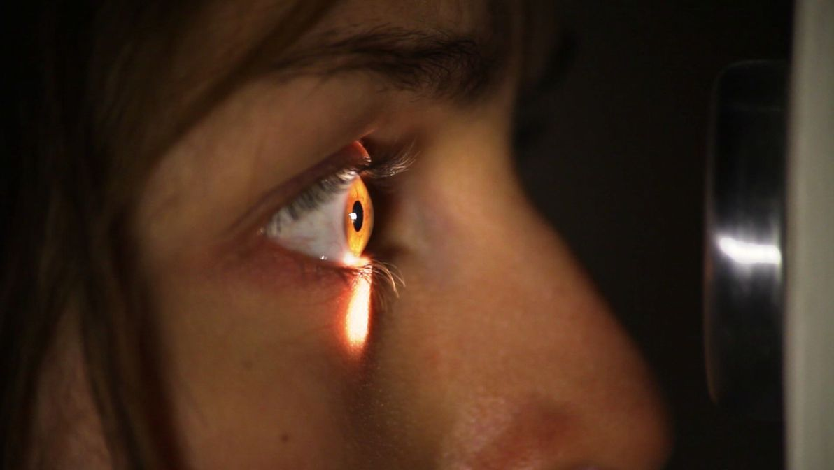 Surrounded: la protagonista Tatiana Luter in un'inquietante scena dell'horror