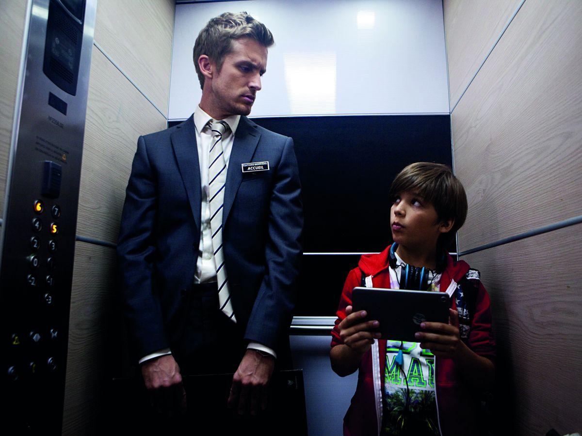 Babysitting: Philippe Lacheau babysitter di Enzo Tomasini in una scena del film