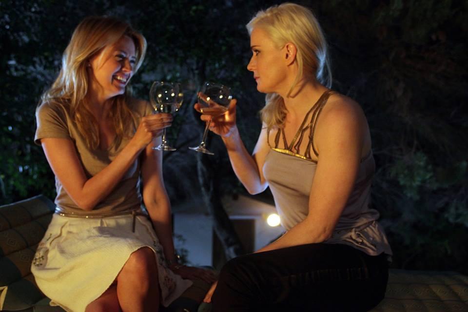 L'estate sta finendo: Nathalie Rapti Gomez e Lucia Mascino sono Giulia e Alessandra in una scena del film