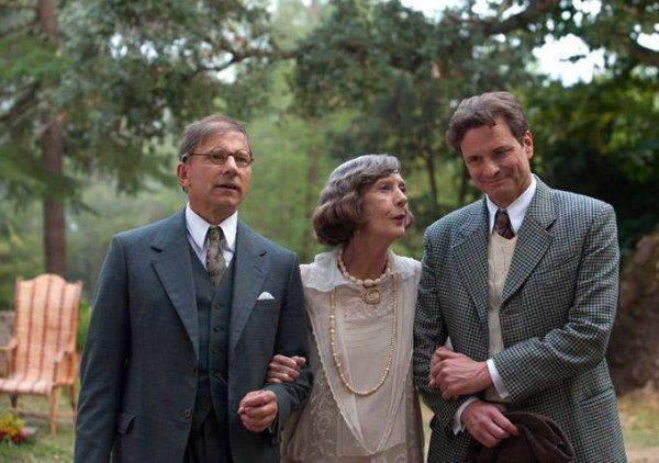 Magic in the Moonlight: Eileen Atkins tiene sottobraccio Simon McBurney e Colin Firth