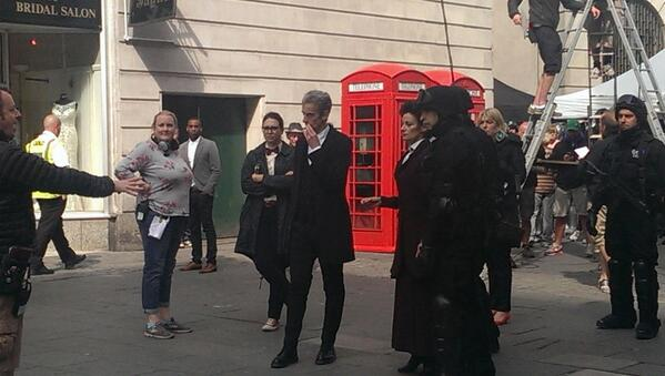 Doctor Who: un'immagine di Peter Capaldi sul set della serie
