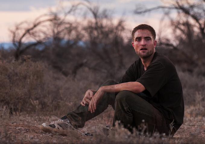 The Rover: Robert Pattinson seduto nella polvere in una scena del film