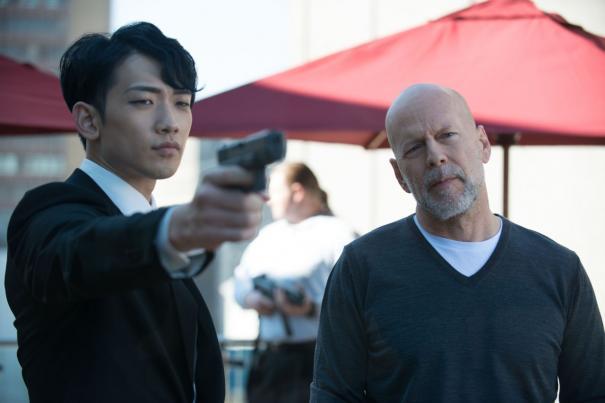 The Prince: Rain impugna la pistola, al suo fianco il sornione Bruce Willis