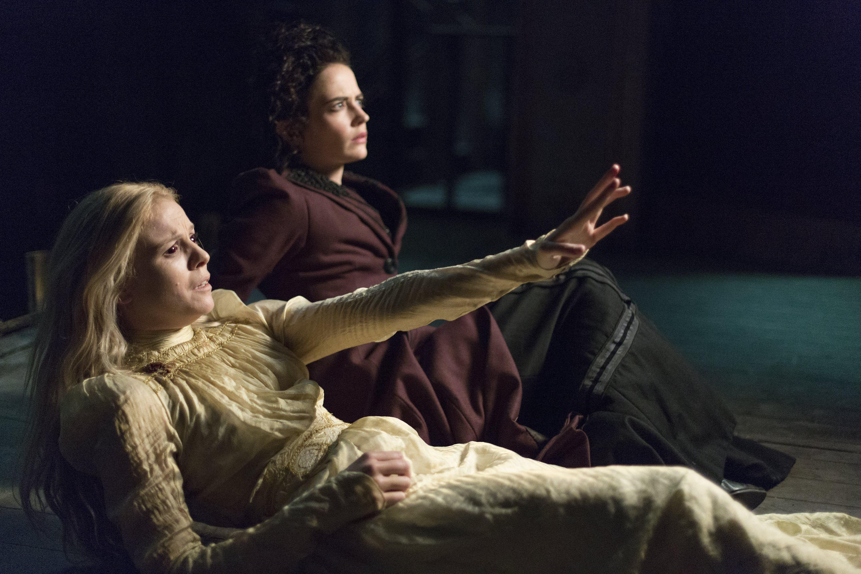 Penny Dreadful: Olivia Llewellyn e Eva Green in una scnea dell'episodio Grand Guignol