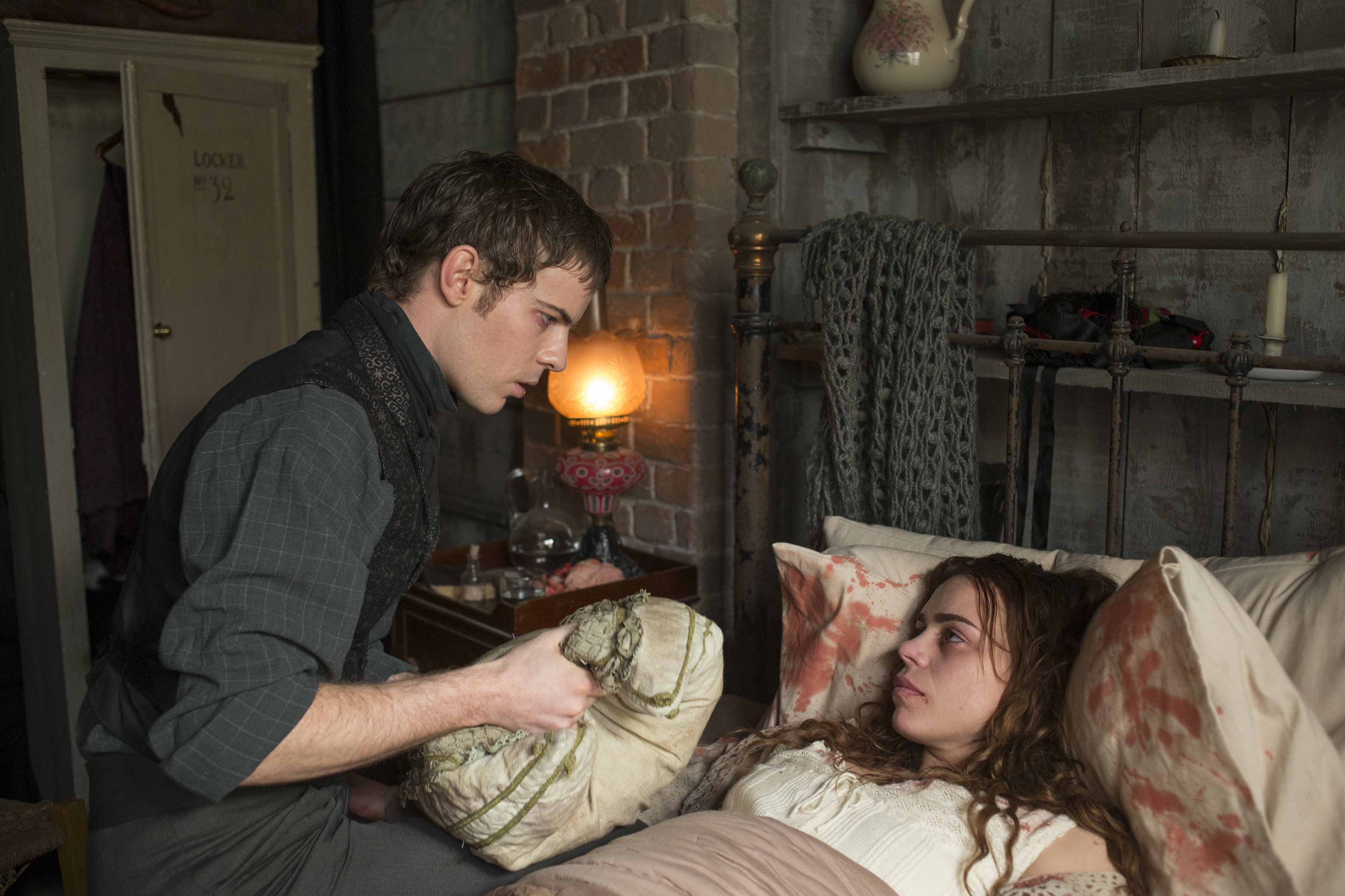 Penny Dreadful: Billie Piper insieme a Harry Treadaway nell'episodio Grand Guignol