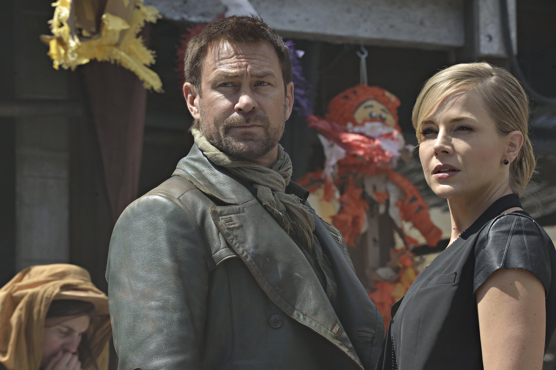 Defiance: Grant Bowler e Julie Benz nell'episodio In My Secret Life