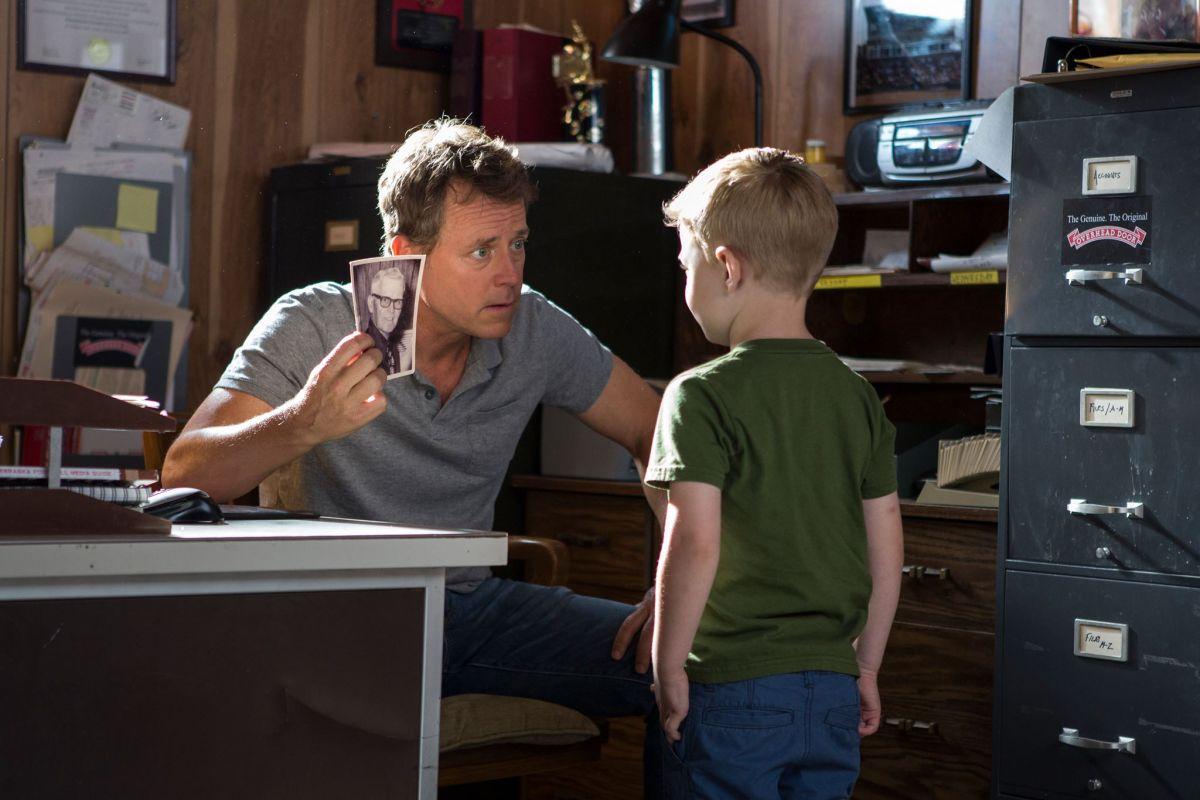 Il Paradiso per Davvero: Greg Kinnear con il piccolo Connor Corum in una scena del film