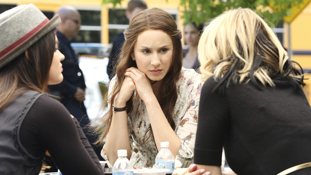 Pretty Little Liars: Troian Bellisario nell'episodio Thrown from the Ride
