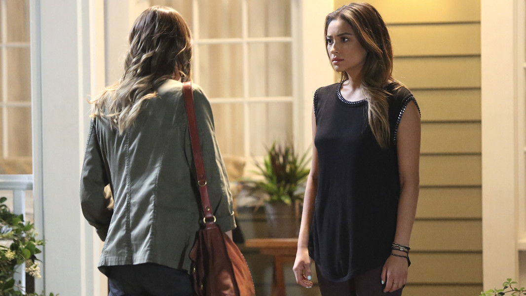 Pretty Little Liars: Shay Mitchell nell'episodio Thrown from the Ride