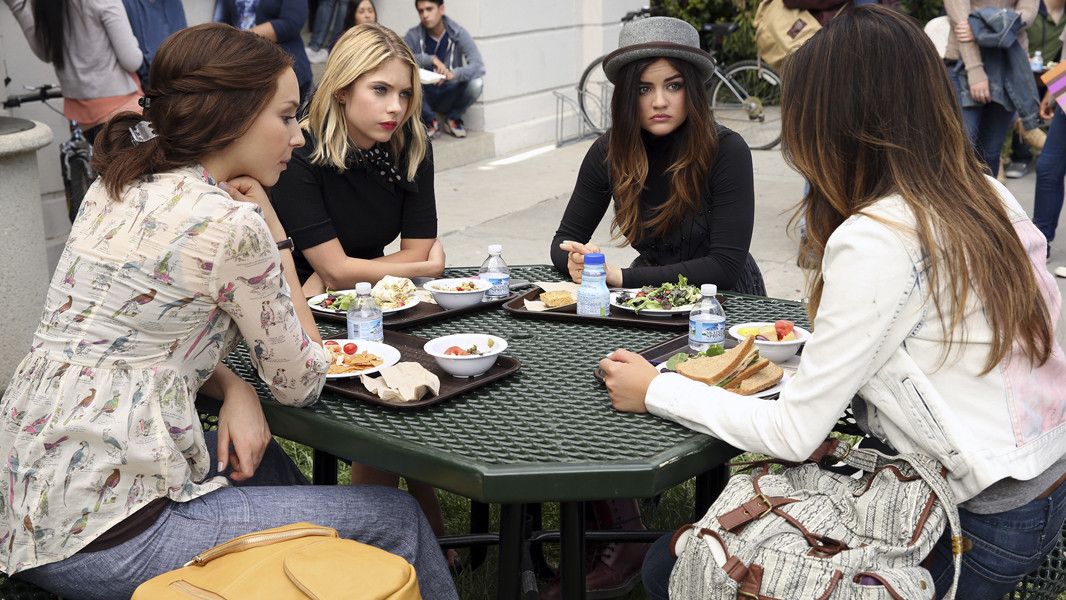 Pretty Little Liars: le Liars nell'episodio Thrown from the Ride