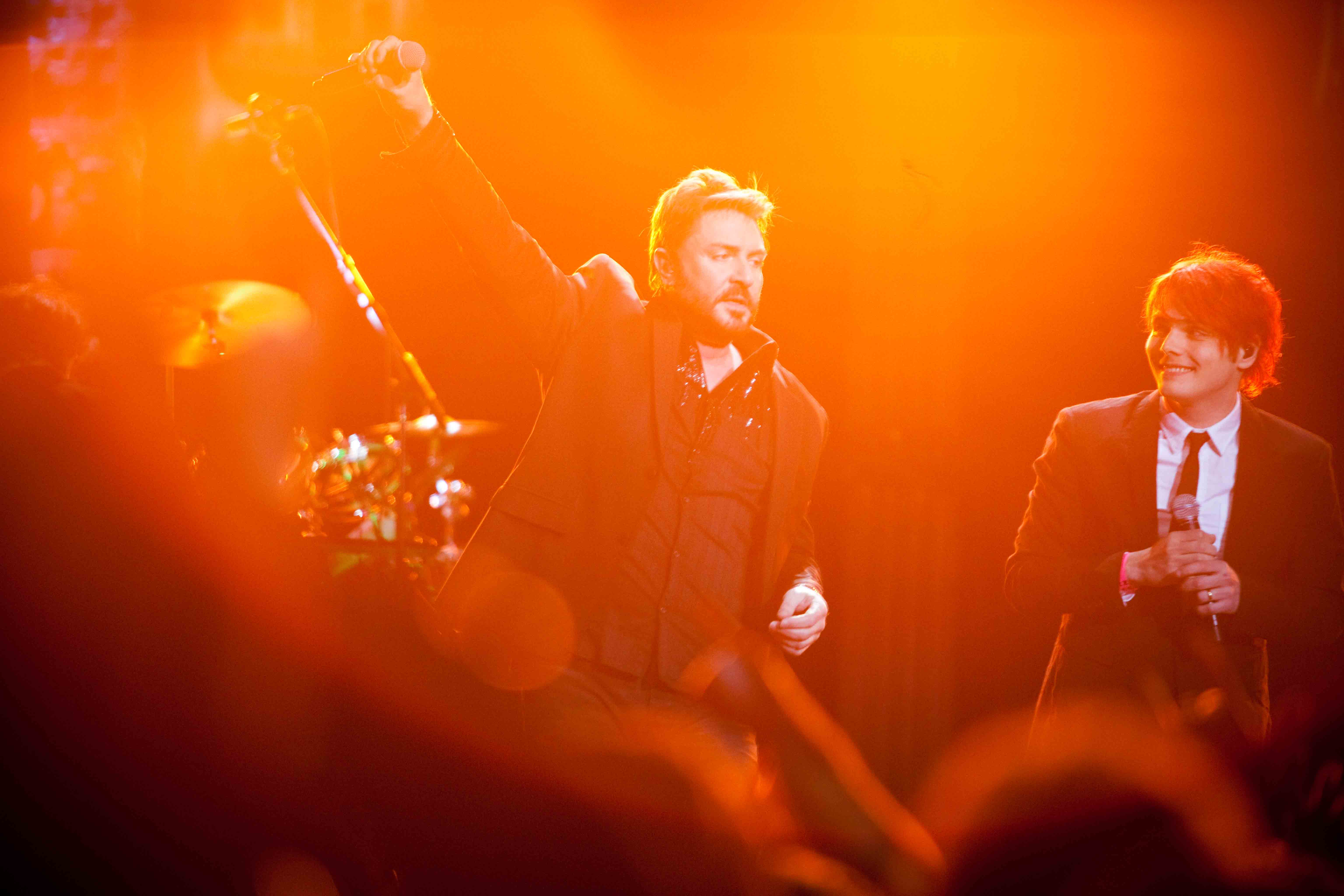 Duran Duran: Unstaged, Simon Le Bon e Gerard Way sul palco in un'immagine del documentario