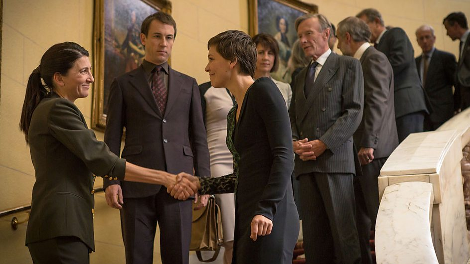 The Honourable Woman: Maggie Gyllenhaal e Eve Best nell'episodio The Empty Chair