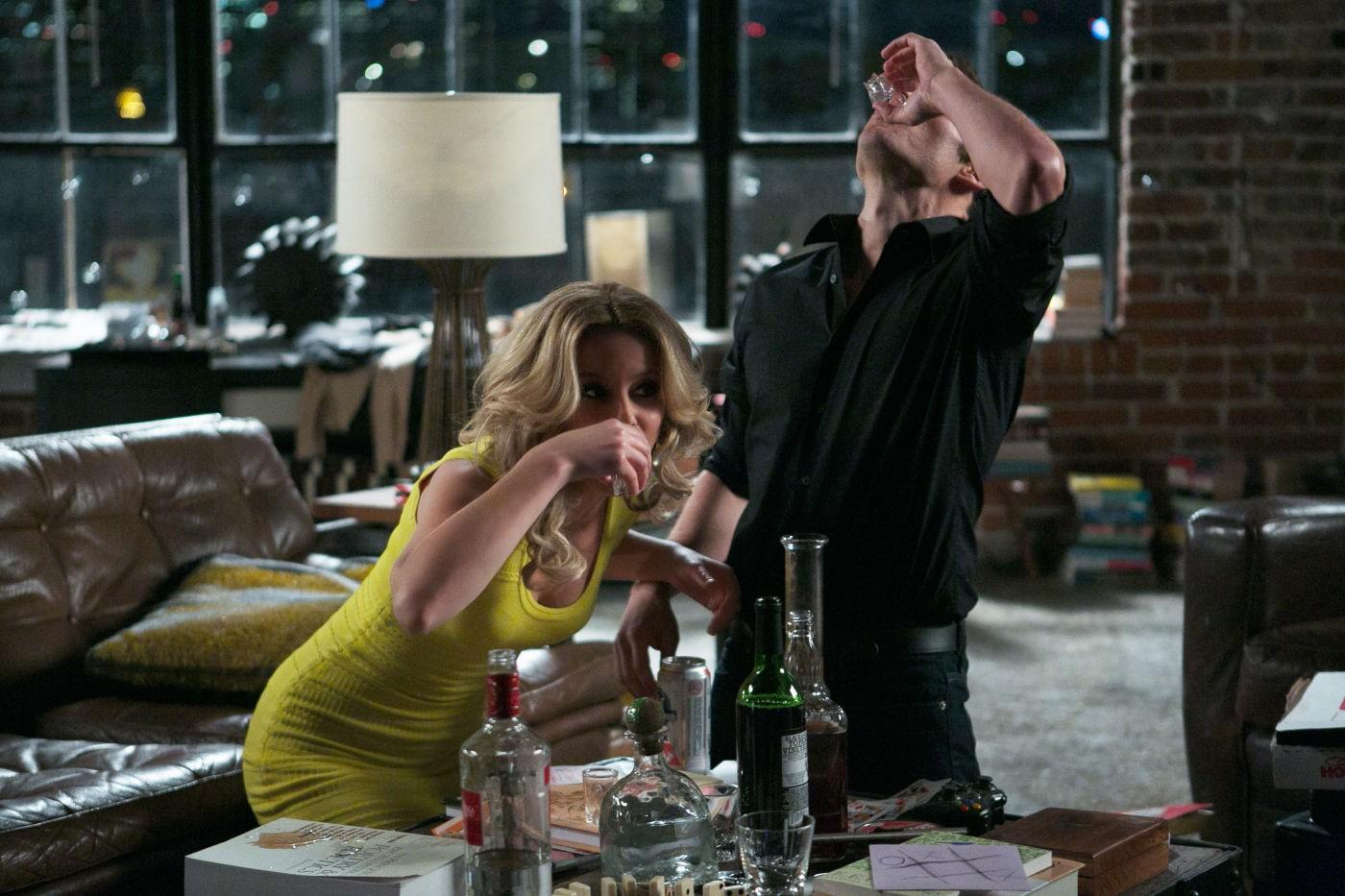 Una notte in giallo: James Marsden si ubriaca con Elizabeth Banks in una scena della commedia