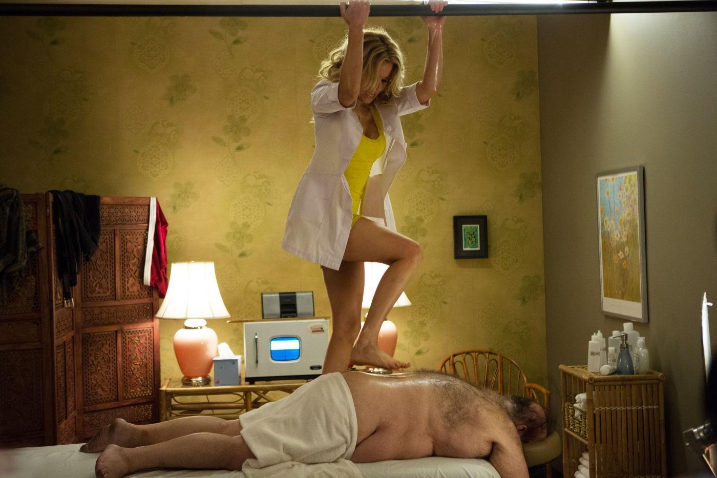 Una notte in giallo: Elizabeth Banks impegnata in un improbabile massaggio