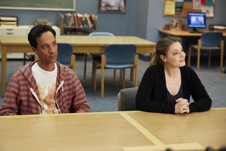 Community: Danny Pudi e Gillian Jacobs nell'episodio Basic Story