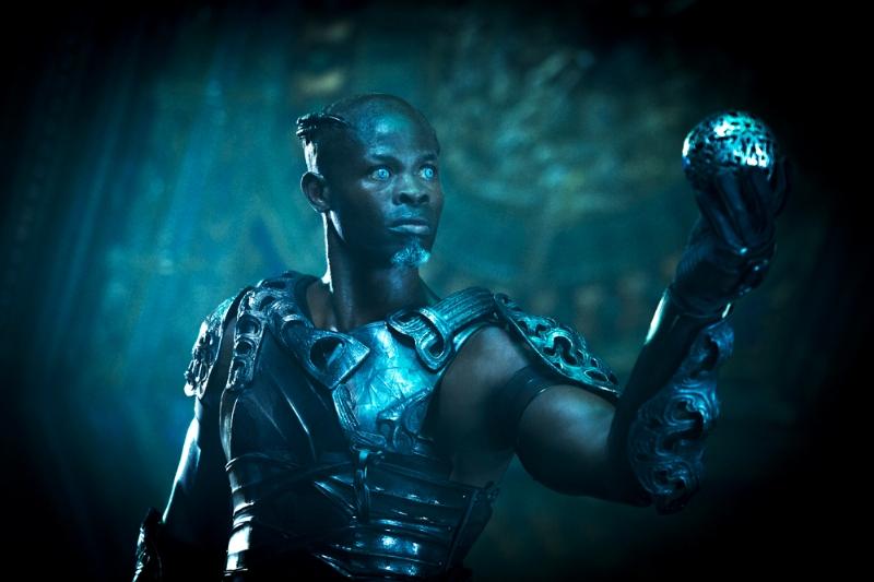 Guardiani della galassia: Djimon Hounsou con una sfera in mano