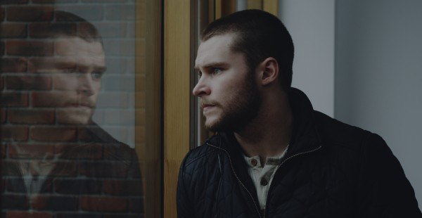 Glassland: Jack Reynor guarda fuori dalla finestra