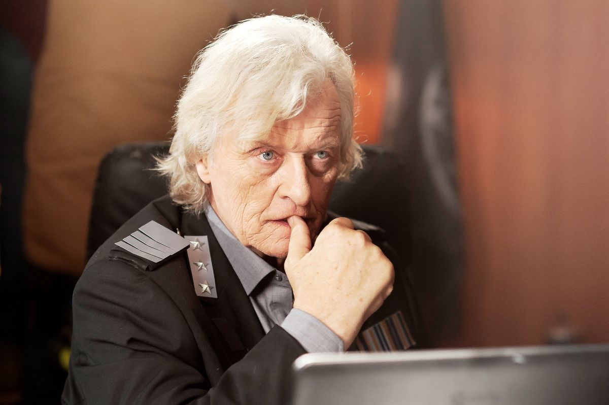 2047 - Sights of Death: lo sguardo preoccupato di Rutger Hauer in una scena del film