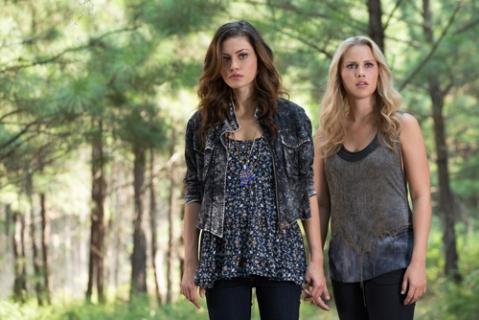 The Originals: Claire Holt e Phoebe Tonkin nell'episodio Il rito del raccolto