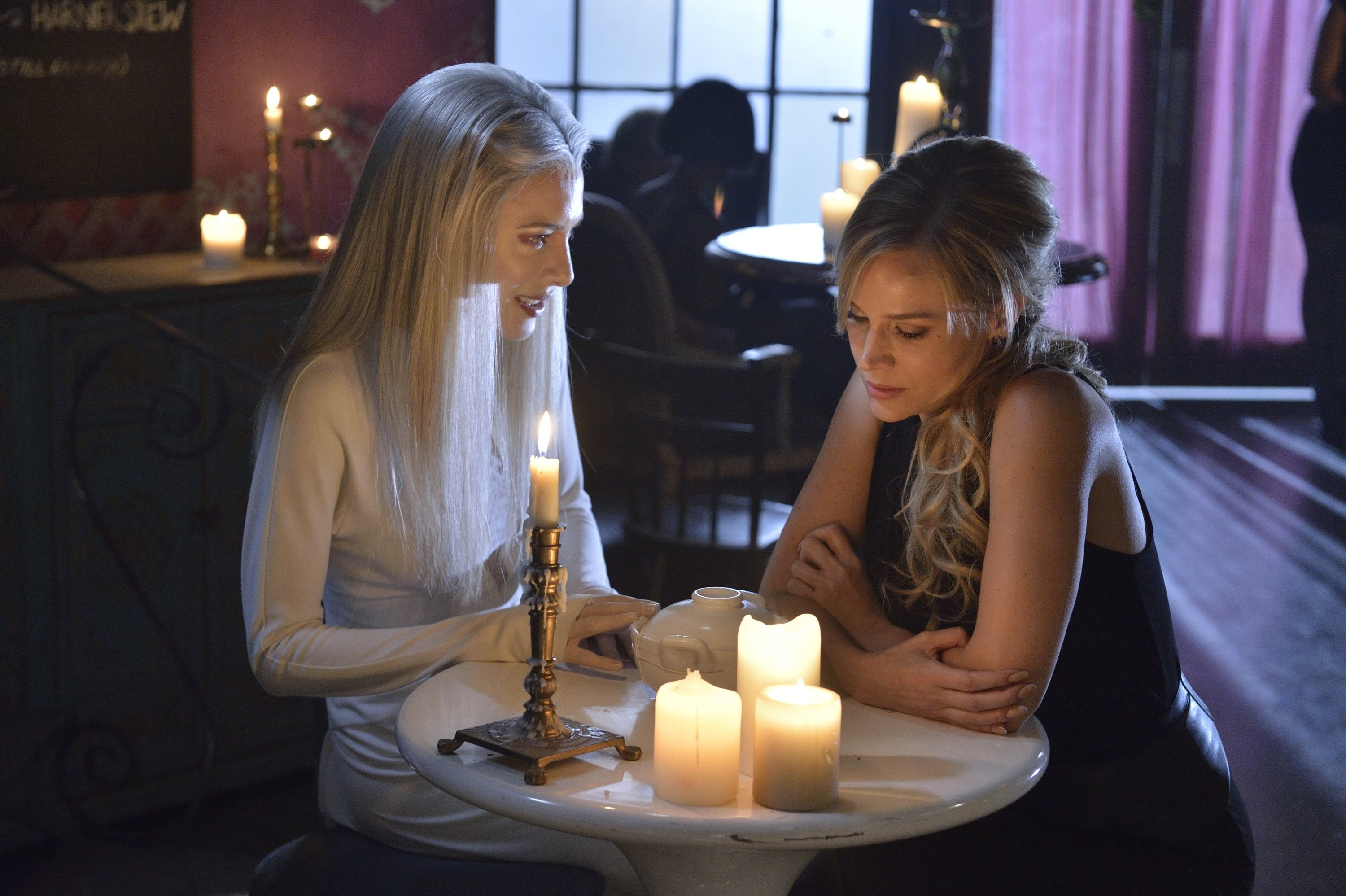 Defiance: Jaime Murray e Julie Benz nell'episodio The cord and the Ax