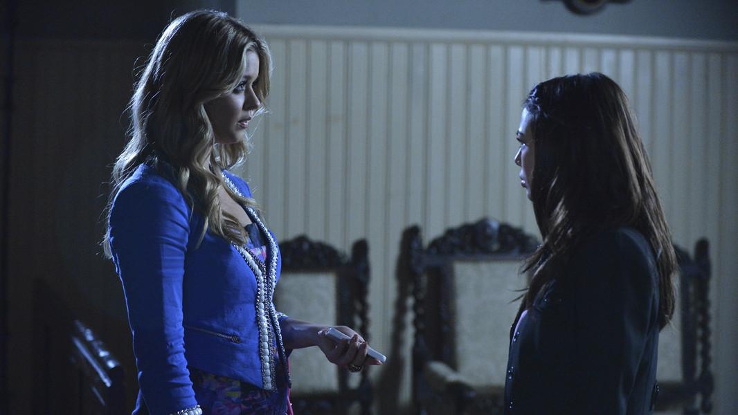 Pretty Little Liars: Sasha Pieterse e Janel Parrish nell'episodio Miss Me x 100