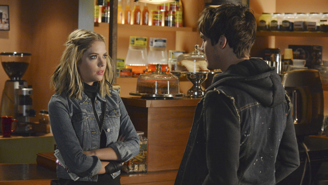 Pretty Little Liars: Ashley Benson con Tyler Blackburn nell'episodio Miss Me x 100