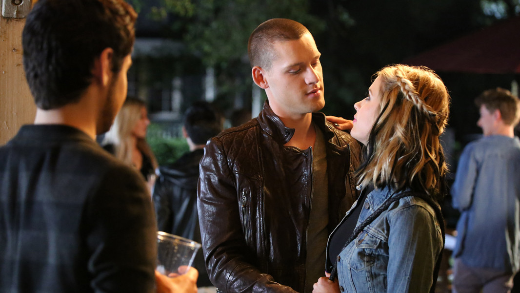 Pretty Little Liars: Ashley Benson e Luke Kleintank nell'episodio Miss Me x 100